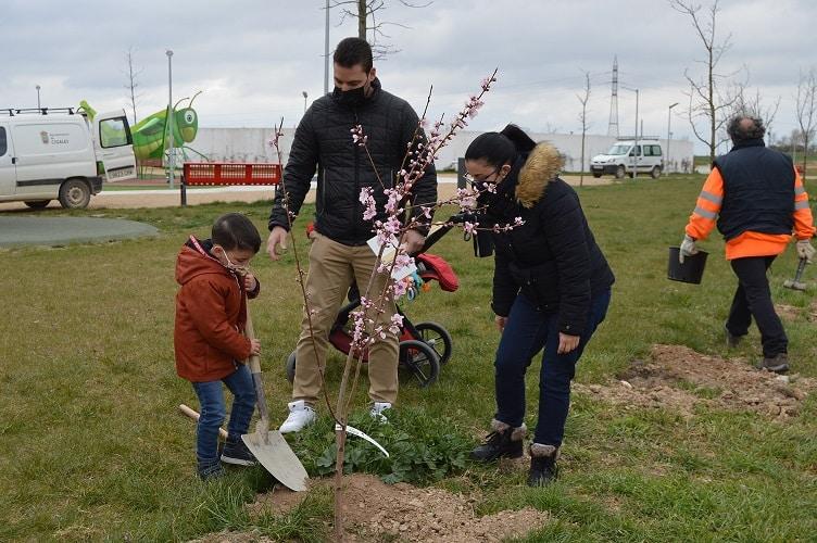 Cigales celebró el Día del Árbol plantando uno por cada niño nacido en la localidad entre 2019 y 2021